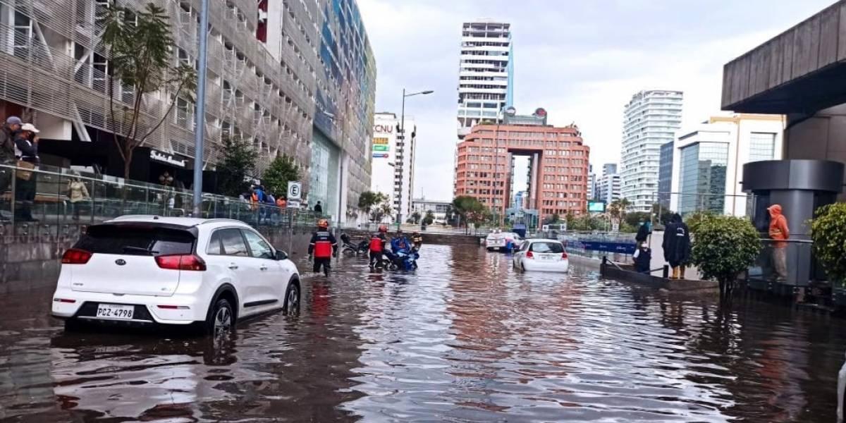 """Sector Iñaquito, una """"piscina"""" por acumulación de agua tras lluvia en Quito"""