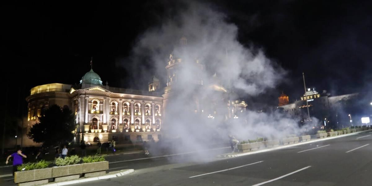 Violento estallido social en Serbia: gobierno impone cuarentena y la gente trata de tomarse el congreso