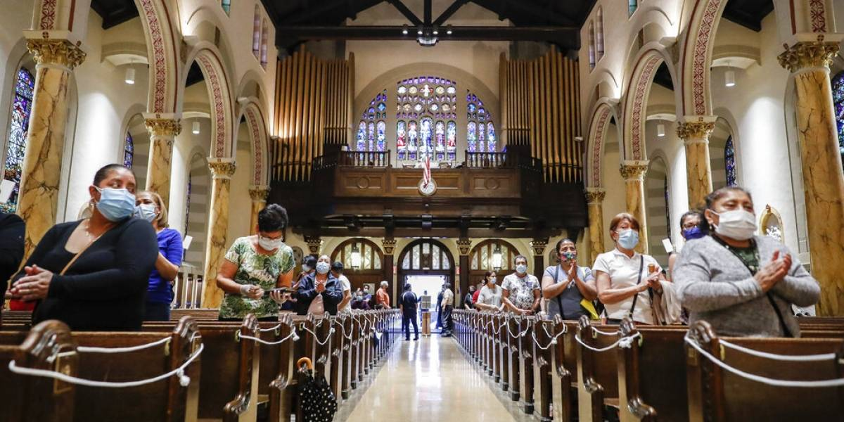 Coronavirus: dos iglesias para hispanos en Nueva York tomaron caminos diferentes tras perder 134 fieles