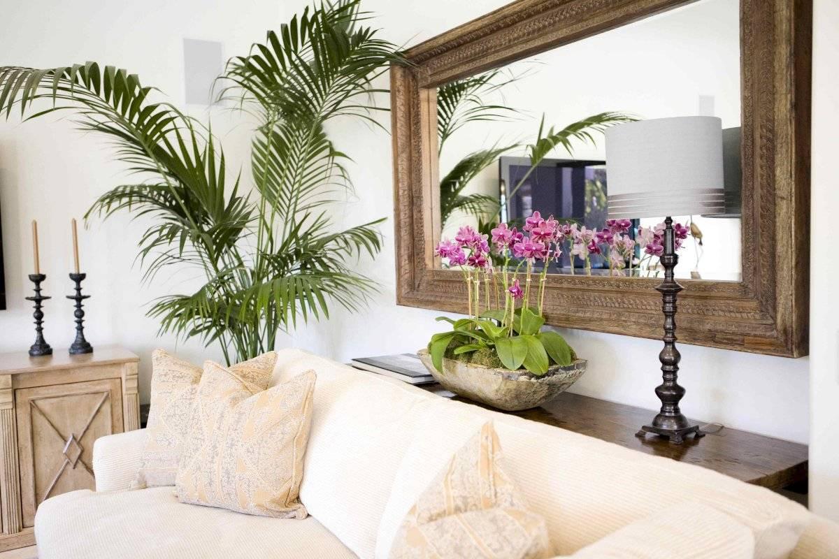 Un espejo grande detrás del mueble le dará más amplitud a tu recibidor
