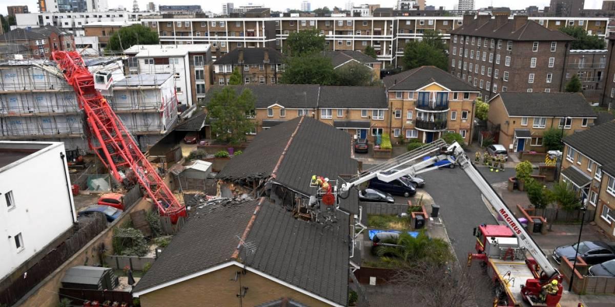 Alarma en Londres: cae una grúa de construcción sobre casas y deja al menos un muerto