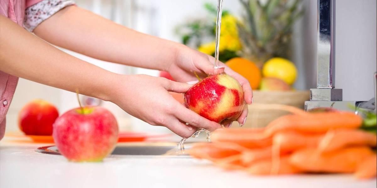 """Usuaria de """"Tik Tok"""" compartió una particular forma de desinfectar sus frutas y se hizo viral"""