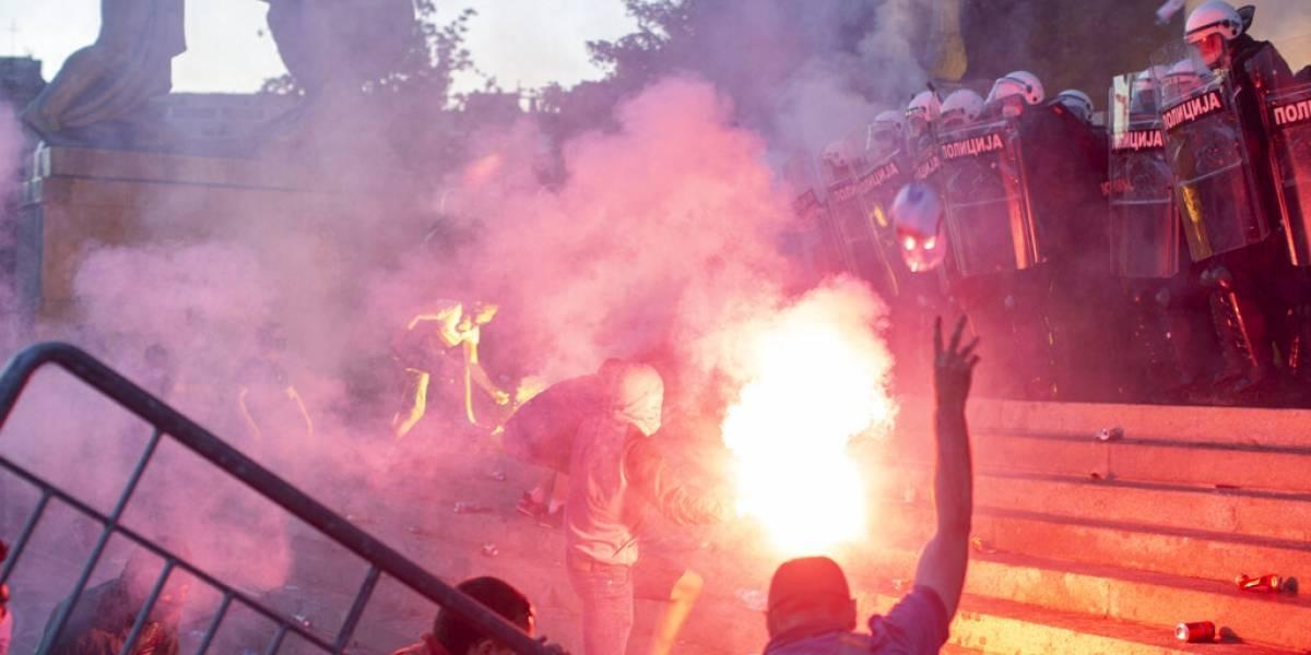 Violentas protestas contra la imposición del toque de queda en Serbia