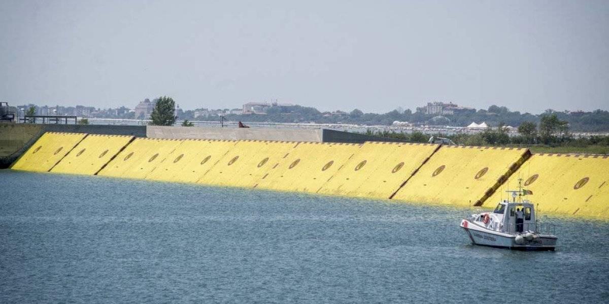Venecia realiza pruebas con barreras hidráulicas inflables
