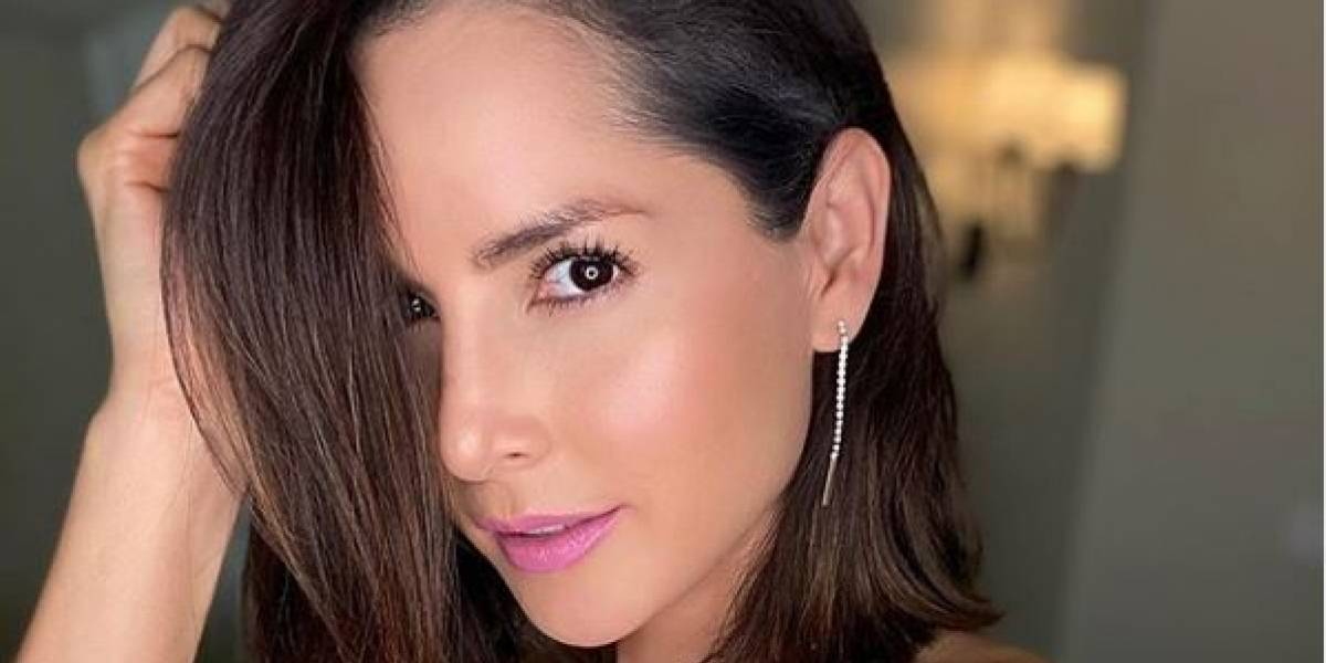 Carmen Villalobos luce hermosa con un pantalón de mezclilla a la cadera y crop top rojo muy coqueto