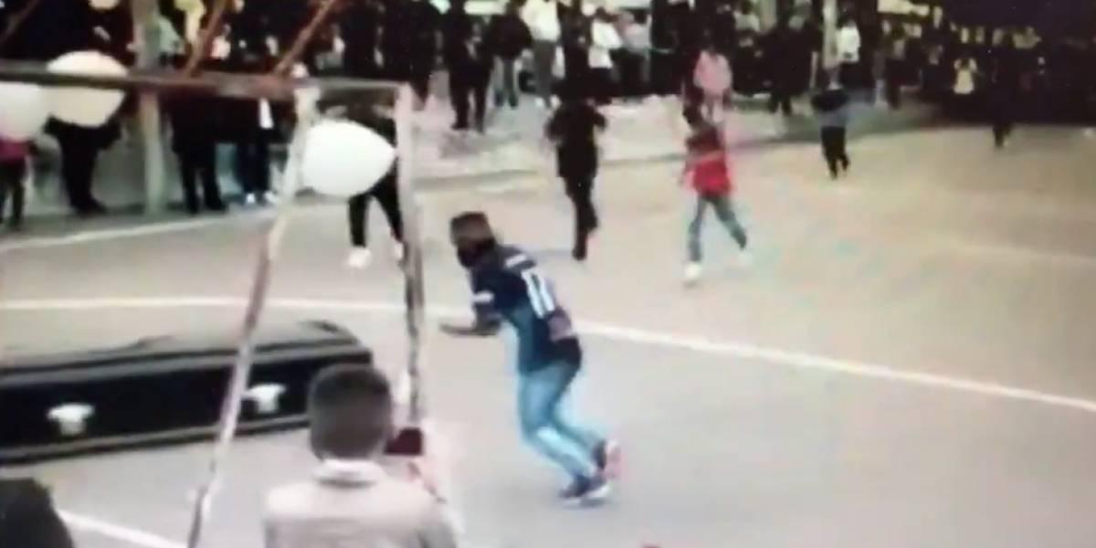 Video: ponen un cadáver en una multicancha para que anotara su último gol