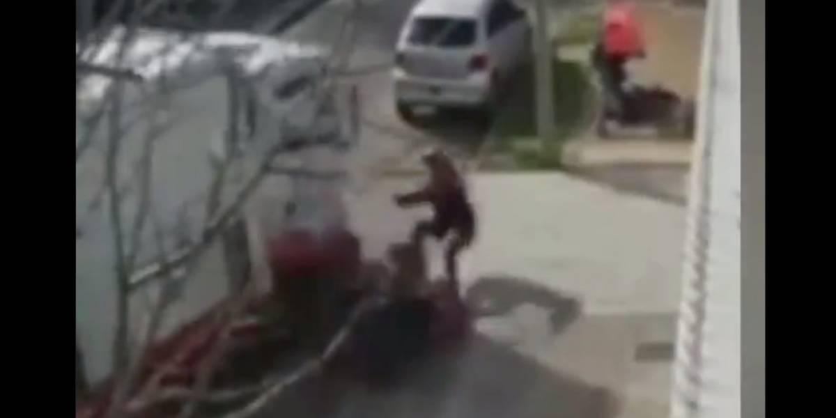 """Video de los repartidores héroes: lanzaron su camión contra unos """"motochorros"""" y después rescataron a mujer que estaba siendo asaltada"""