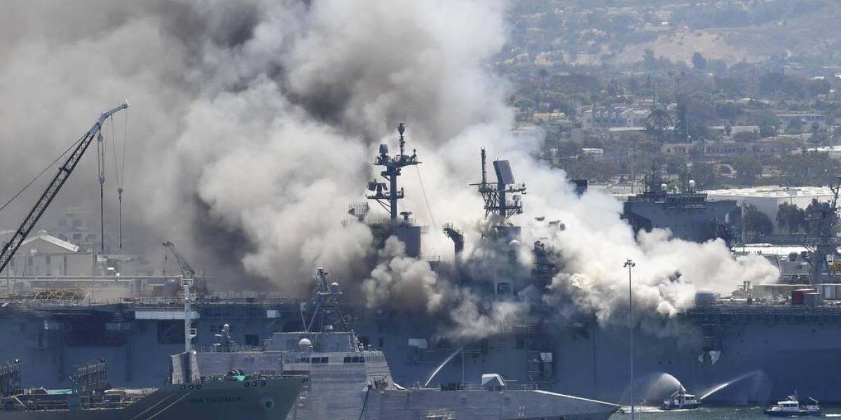 Arde buque de guerra de Estados Unidos: explosiones y un gigantesco incendio
