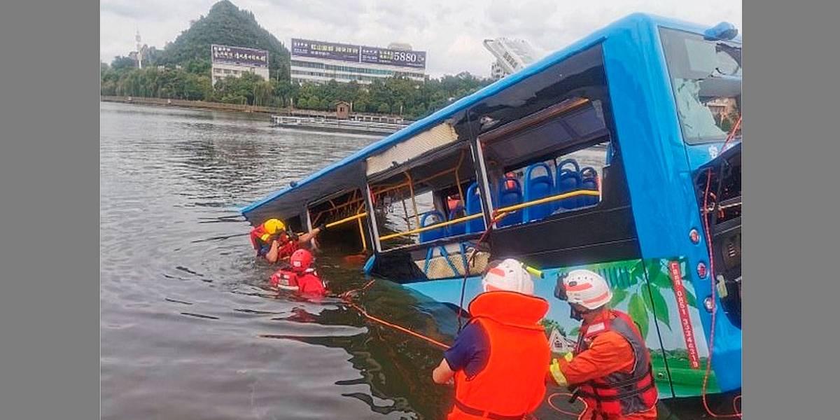Em ato de vingança, motorista chinês joga ônibus contra reservatório e mata 21