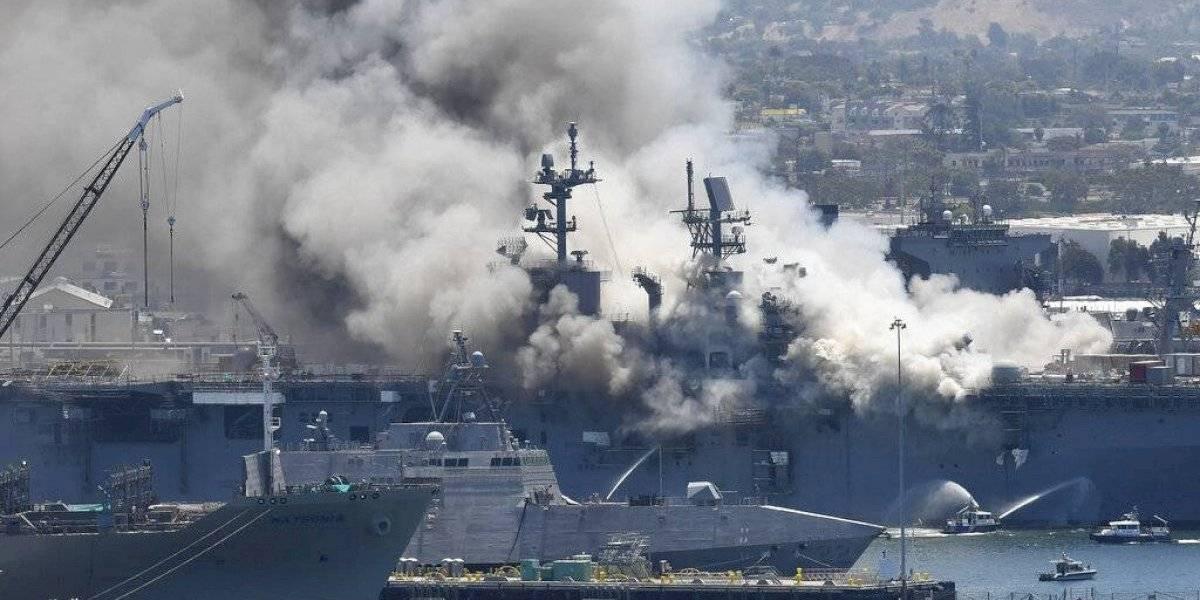 Continúa incendio en buque de Marina de Estados Unidos y reportan 57 heridos