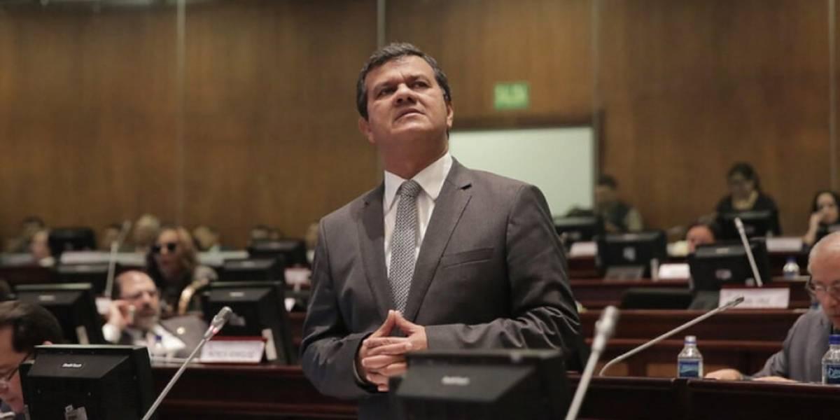 Fiscalía pide vincular a asambleísta Eliseo Azuero a red de corrupción en Hospital de Pedernales