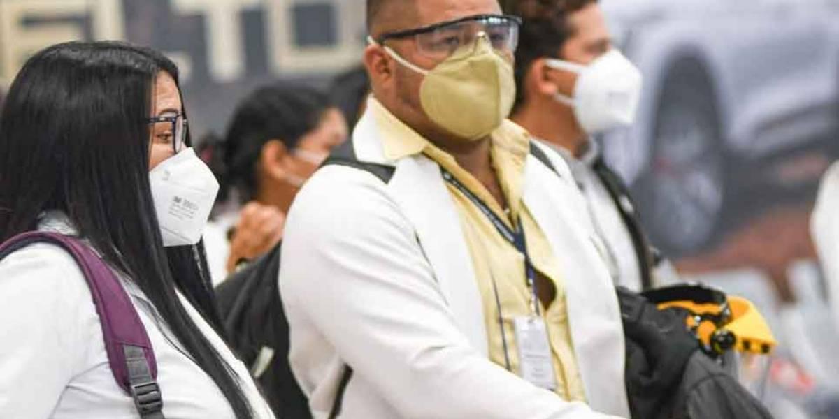 Médicos guayaquileños redoblan esfuerzos en Quito ante incremento de casos de Covid-19