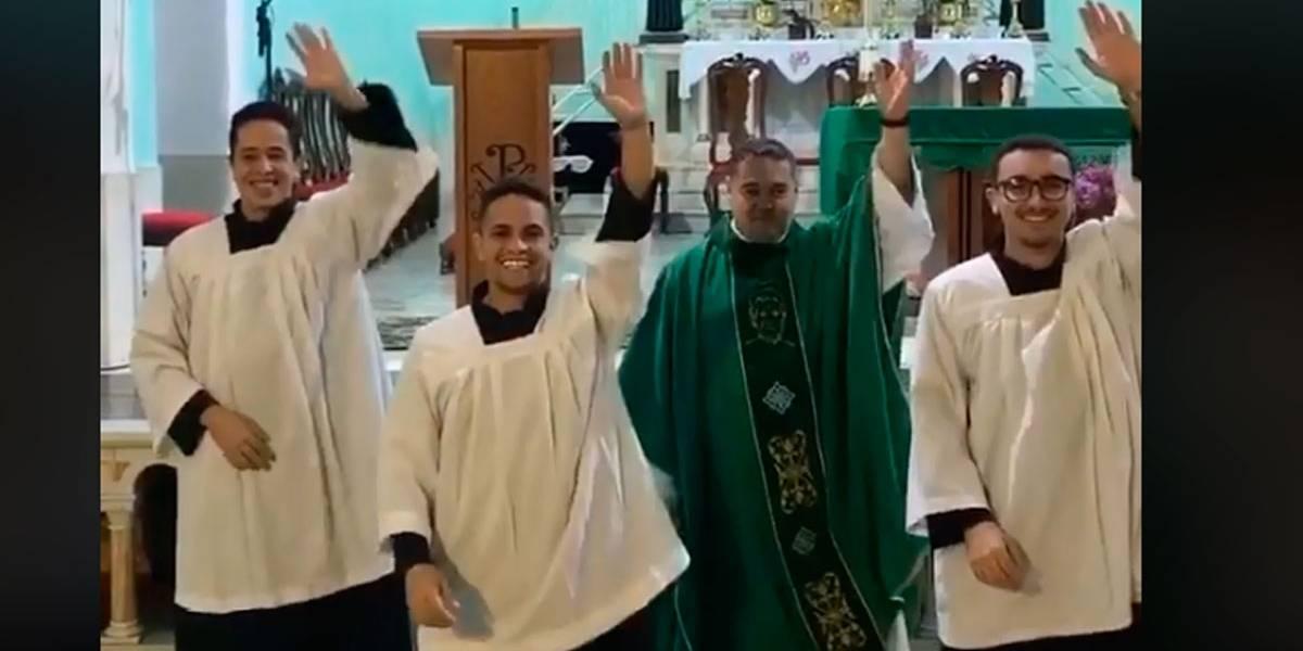 Vídeo: Padre faz dancinha no TikTok e viraliza
