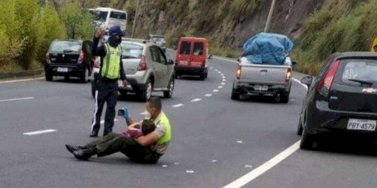 Policía ecuatoriano se vuelve viral: toma a niño y le muestra videos en el celular para calmarlo tras grave accidente
