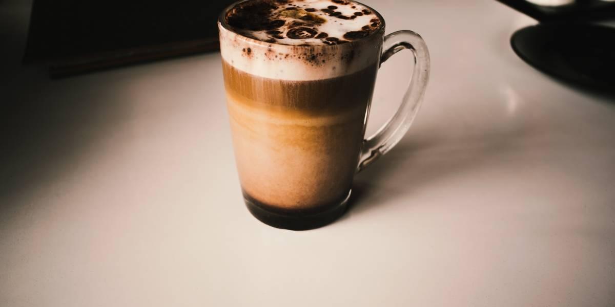 Este café com doce de leite e chantilly é perfeito para o frio e só leva 4 ingredientes