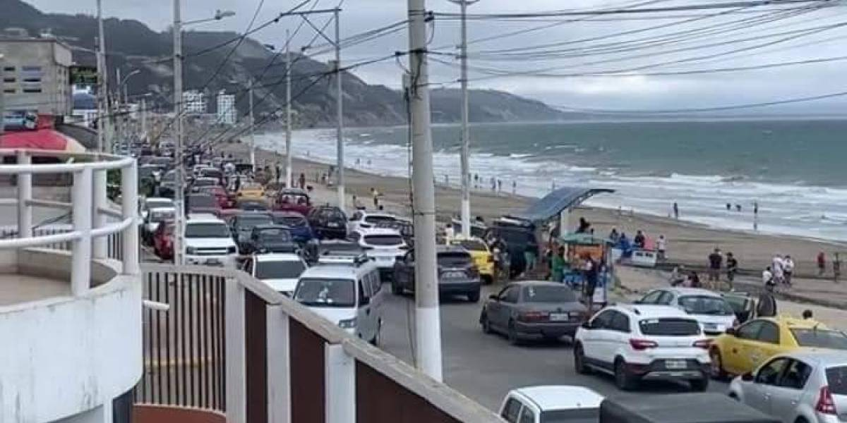 Más de 400 personas en playa de Crucita fueron desalojadas