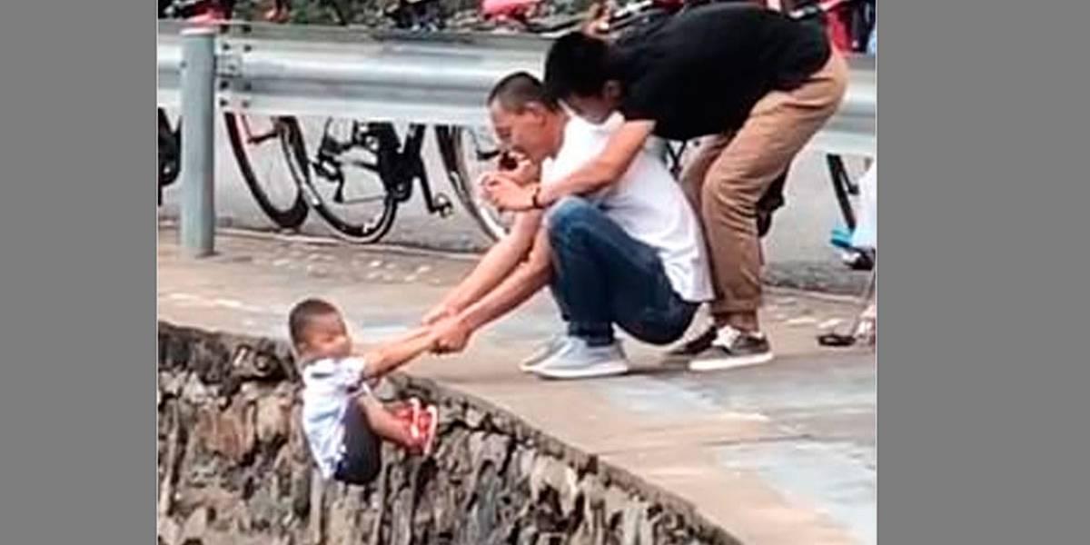 Vídeo mostra pai segurando filho em precipício para tirar uma foto
