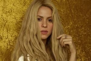 Shakira muestra su celulitis en un mini vestido de mezclilla