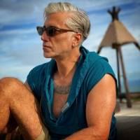 Alejandro Fernández reaparece vistiendo un camisón, cardigan y bufanda y desata comentarios por su look