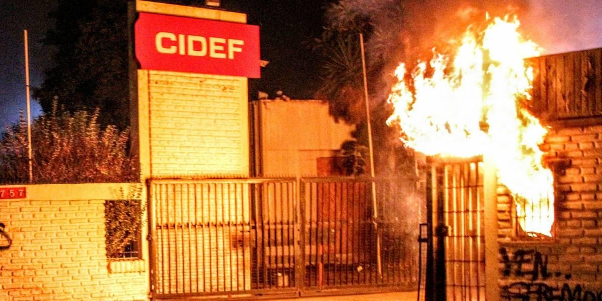 Saqueos, comisarías atacadas y vehículos incendiados en violenta noche en la RM