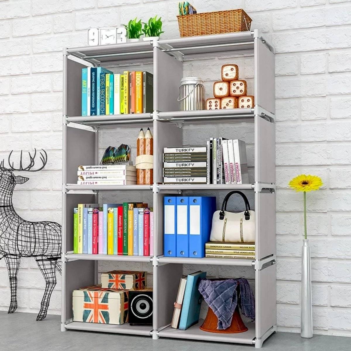 Cambiar la posición de las cosas que tienes en los estantes le dará un giro total a tu salón de estar