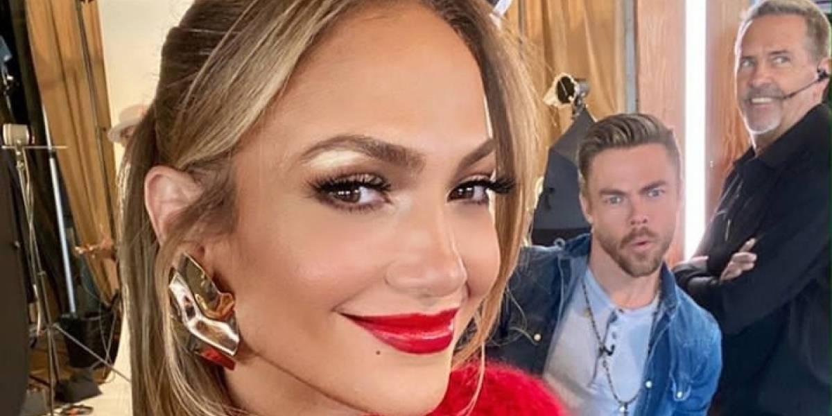 Jennifer Lopez acapara miradas con un pantalón jogger de cuero y un maxi abrigo beige estampado