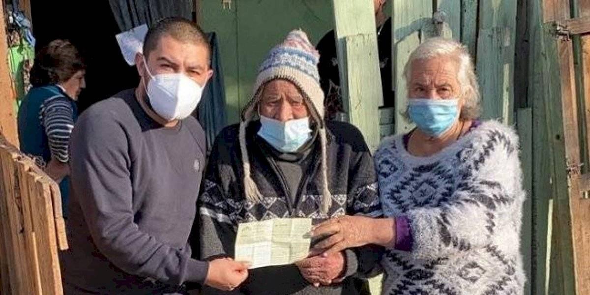 """Nicolás Maturana regaló una casa a pareja de ancianos y llamó """"a seguir luchando por un Chile mejor y más justo para todos"""""""