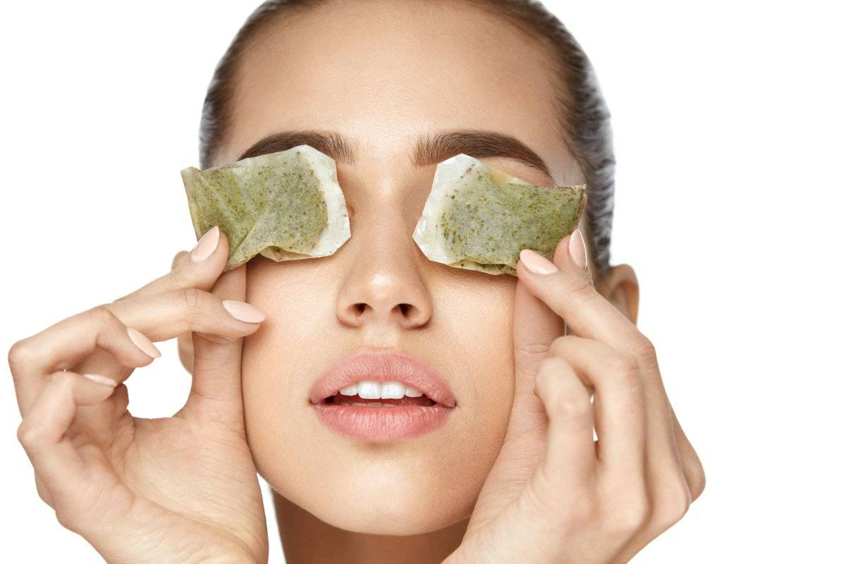 Los ingredientes de las bolsas de té más el frío ayudarán a combatir tus ojeras.