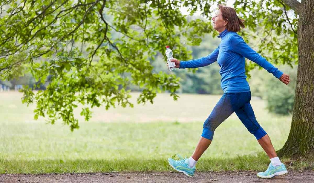 Aunque haya transporte, caminar es una forma eficaz de activar tu circulación sanguínea y eliminar el colesterol malo.