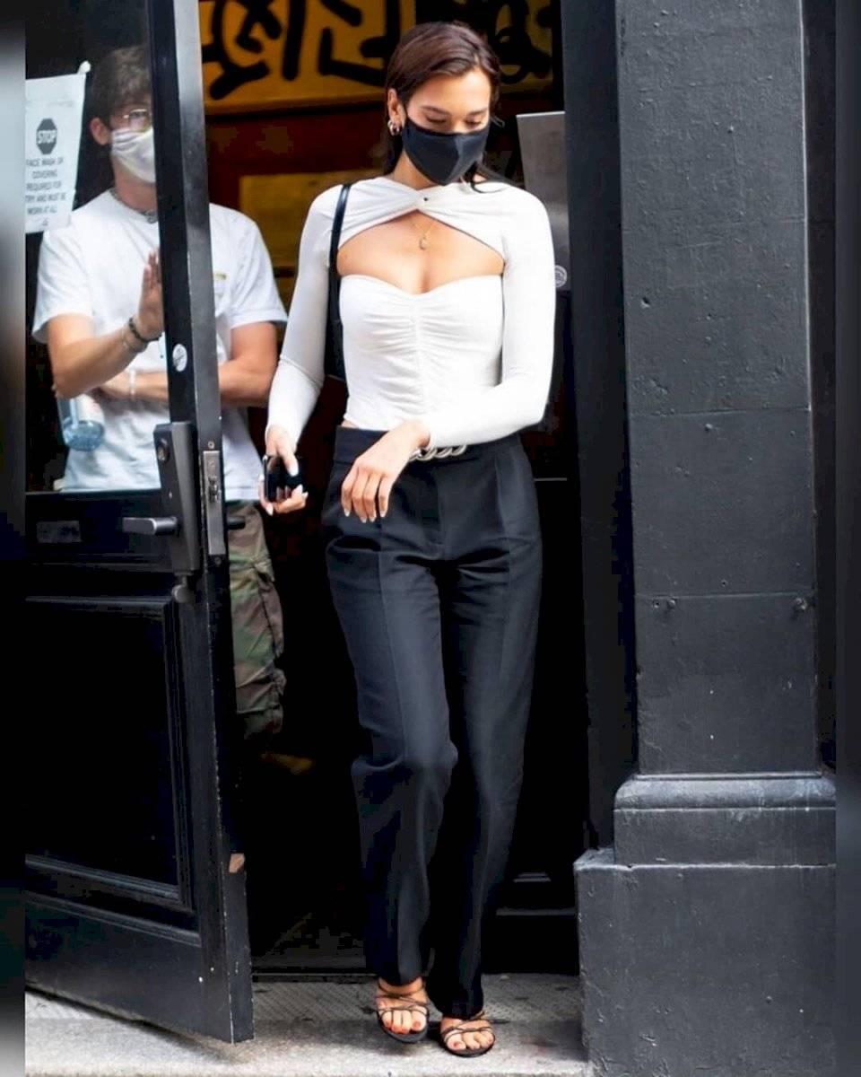 Dua Lipa sorprende al regresar a su look de morena con un elegante body blanco que abraza su delgada cintura
