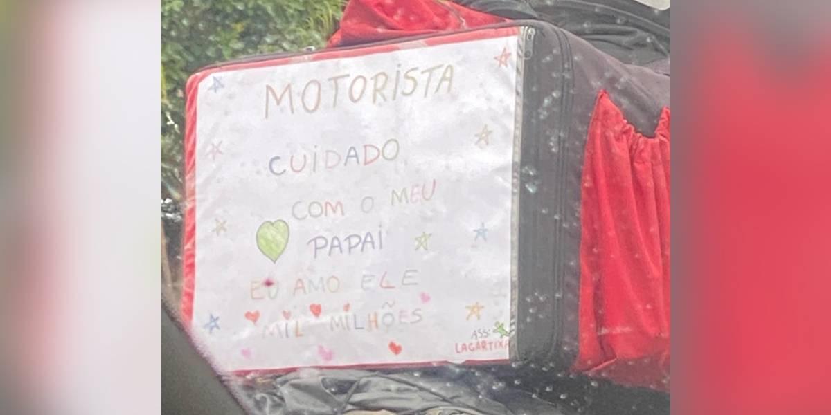 Motoboy chama atenção com mensagem de sua filha em bolsa de entrega