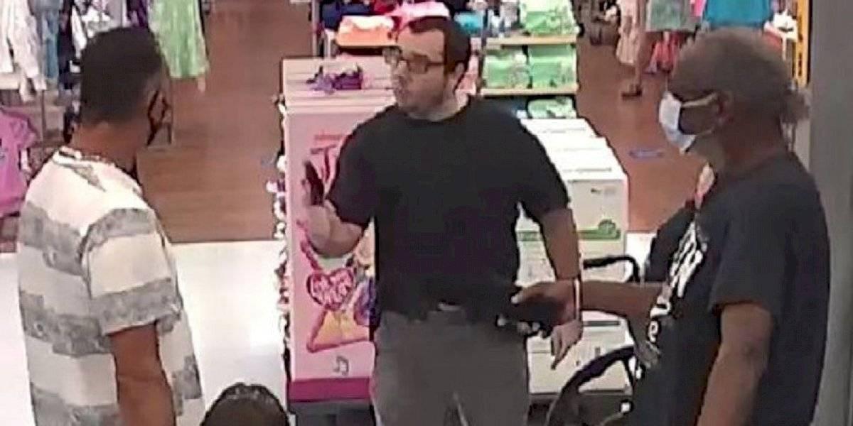 Hombre sin mascarilla saca arma y amenaza de muerte a otro en un Walmart en la Florida