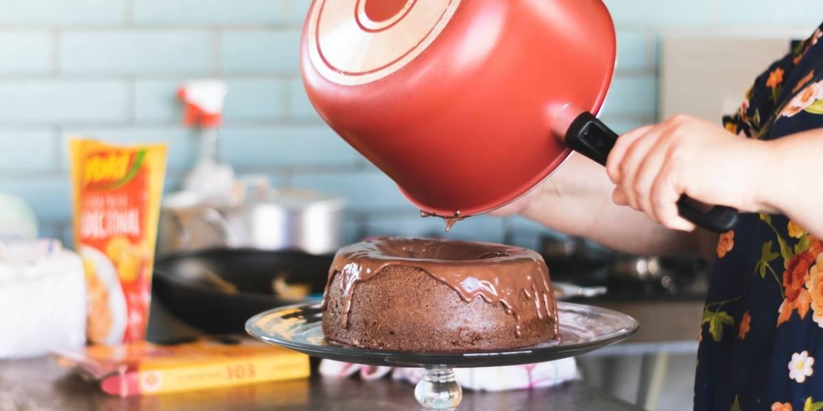 Veja como é simples fazer um bolo de chocolate vulcão