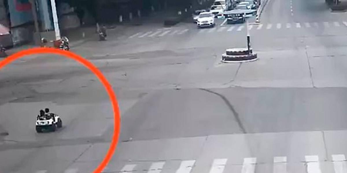 Garoto leva menina para passear em carro de brinquedo em avenida movimentada
