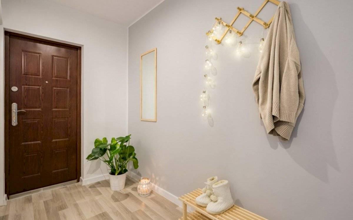 El recibidor se conecta con el resto de los espacios. No se deben colocar espejos frente a la puerta.