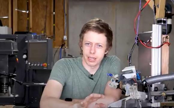 Shane tras someterse al robot que corta cabello