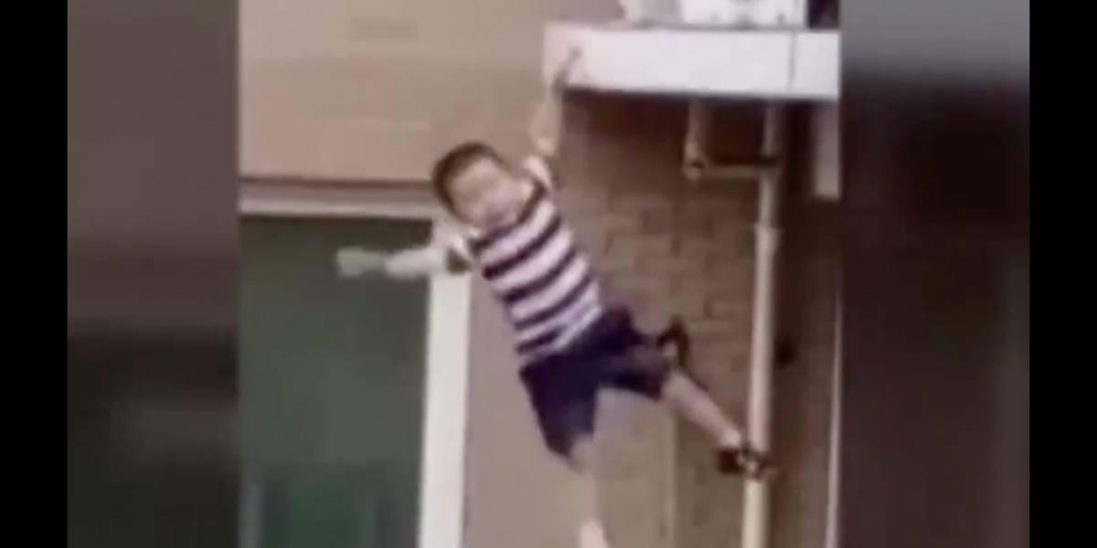 Milagroso rescate: vecino salvó a un niño tras caer desde un quinto piso en China