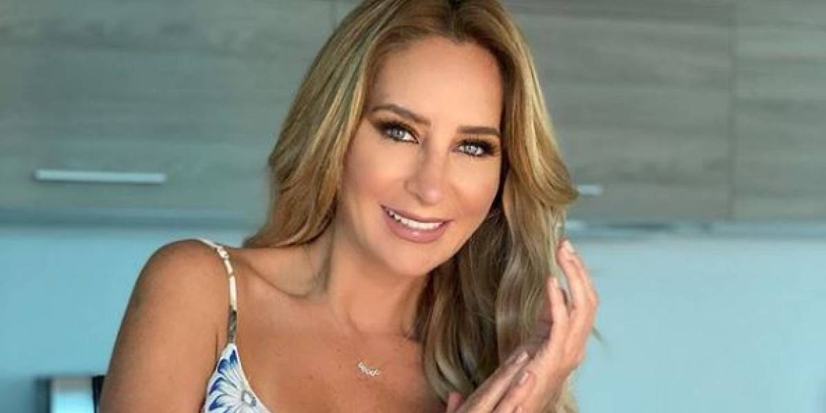 Geraldine Bazán luce una falda de malla con cristales y es toda una sirena posando en la playa
