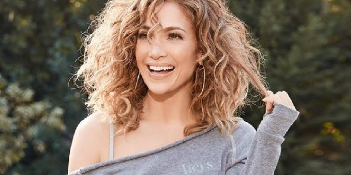 Jennifer Lopez deslumbra con un leggings blanco de transparencias con un mini top