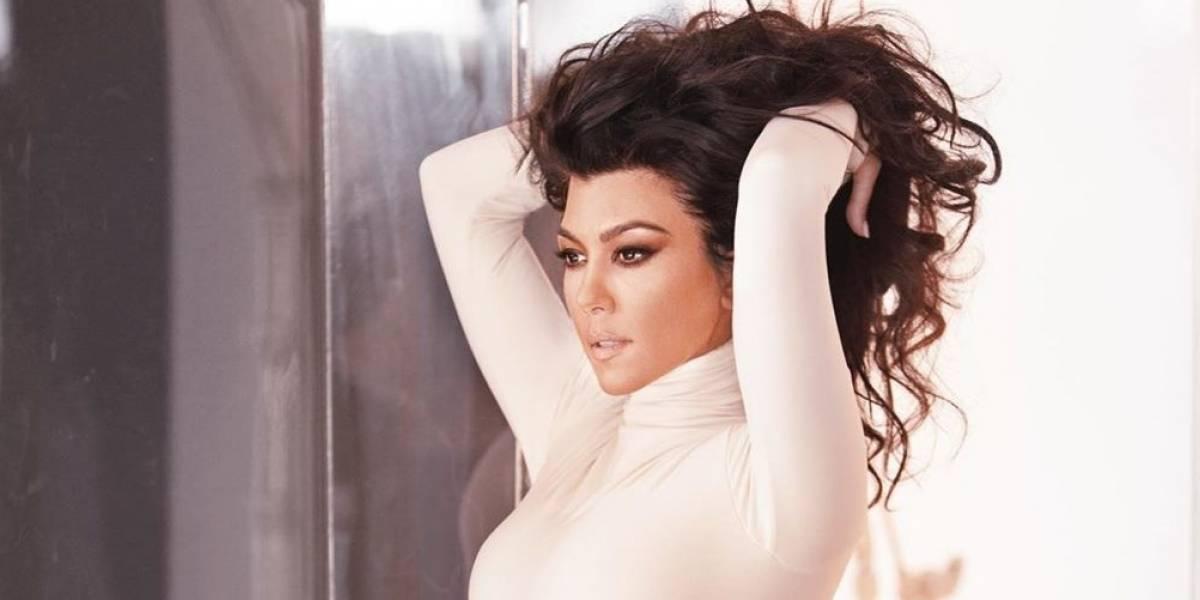 Kourtney Kardashian conquista en un traje de baño Fendi combinado con un mini bolso de la misma marca