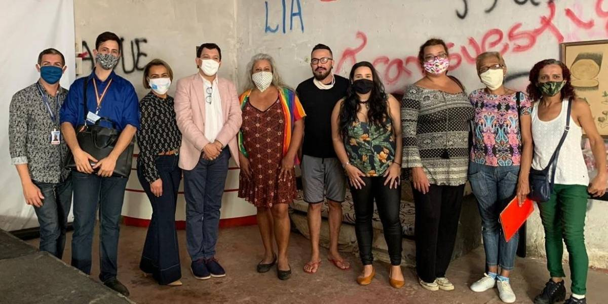 Trans e travestis da Casa Nem ganham certificado por produzir mais de 12 mil máscaras