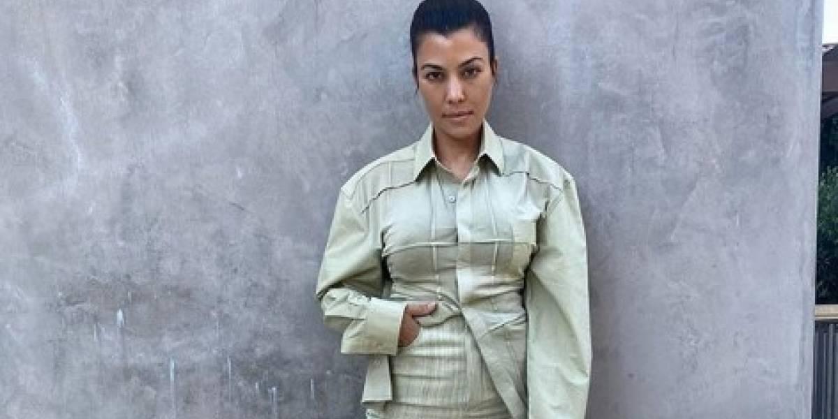 Kourtney Kardashian y su look de verano en jeans rotos y top bombacho