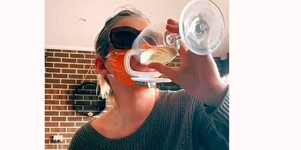 Vídeo de mulher com máscara adaptada para beber vinho viraliza nas redes