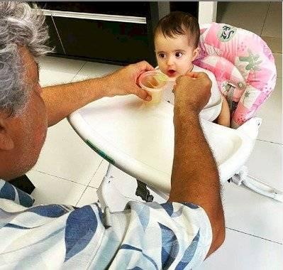 Sidney Magal dando de comer à netinha