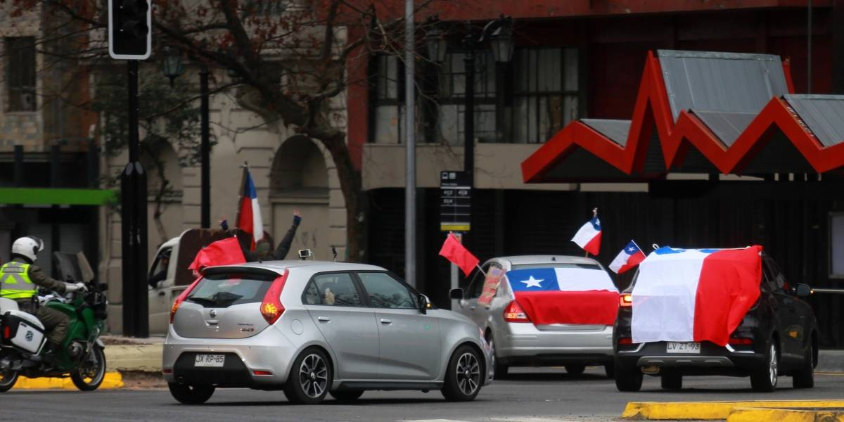 """En plena cuarentena realizan caravana del """"Rechazo"""" escoltada por Carabineros"""