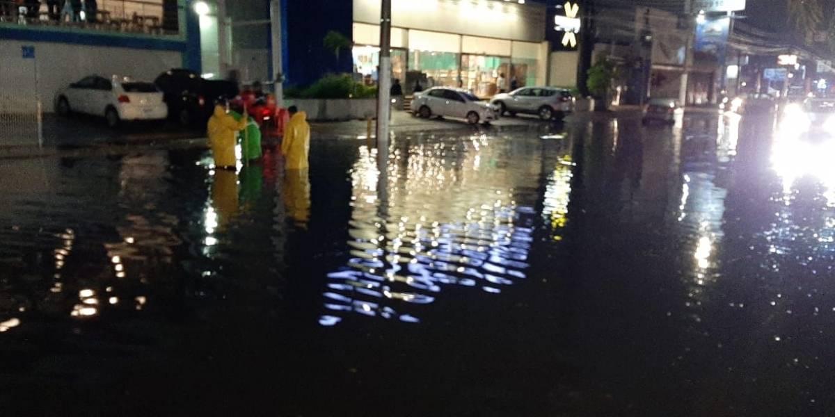 Después de 12 horas, siguen limpiando daños de tormenta en la ZMG