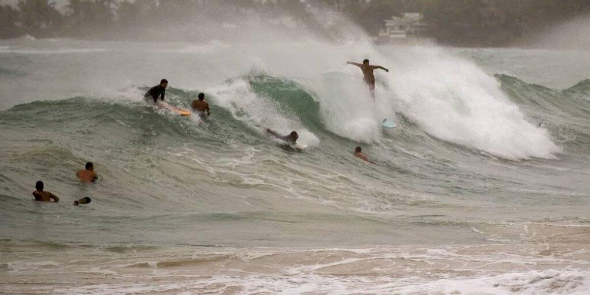 Huracán Douglas gana fuerza y esquiva a Hawai