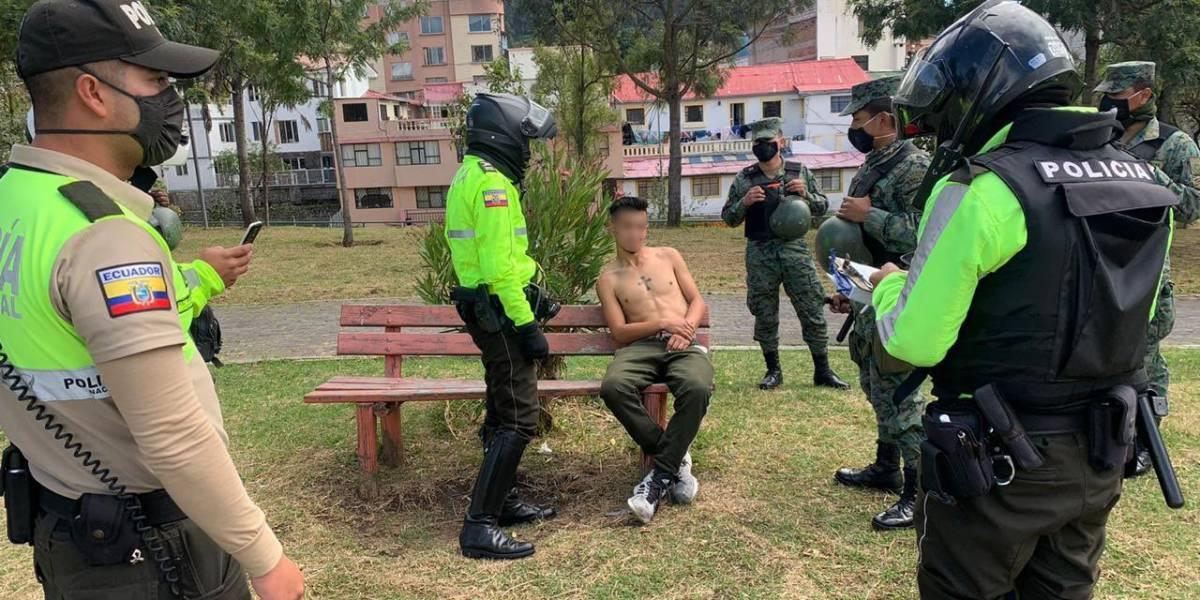 Quito: Hombre que portaba un cuchillo amenazó a los uniformados y se quitó la mascarilla