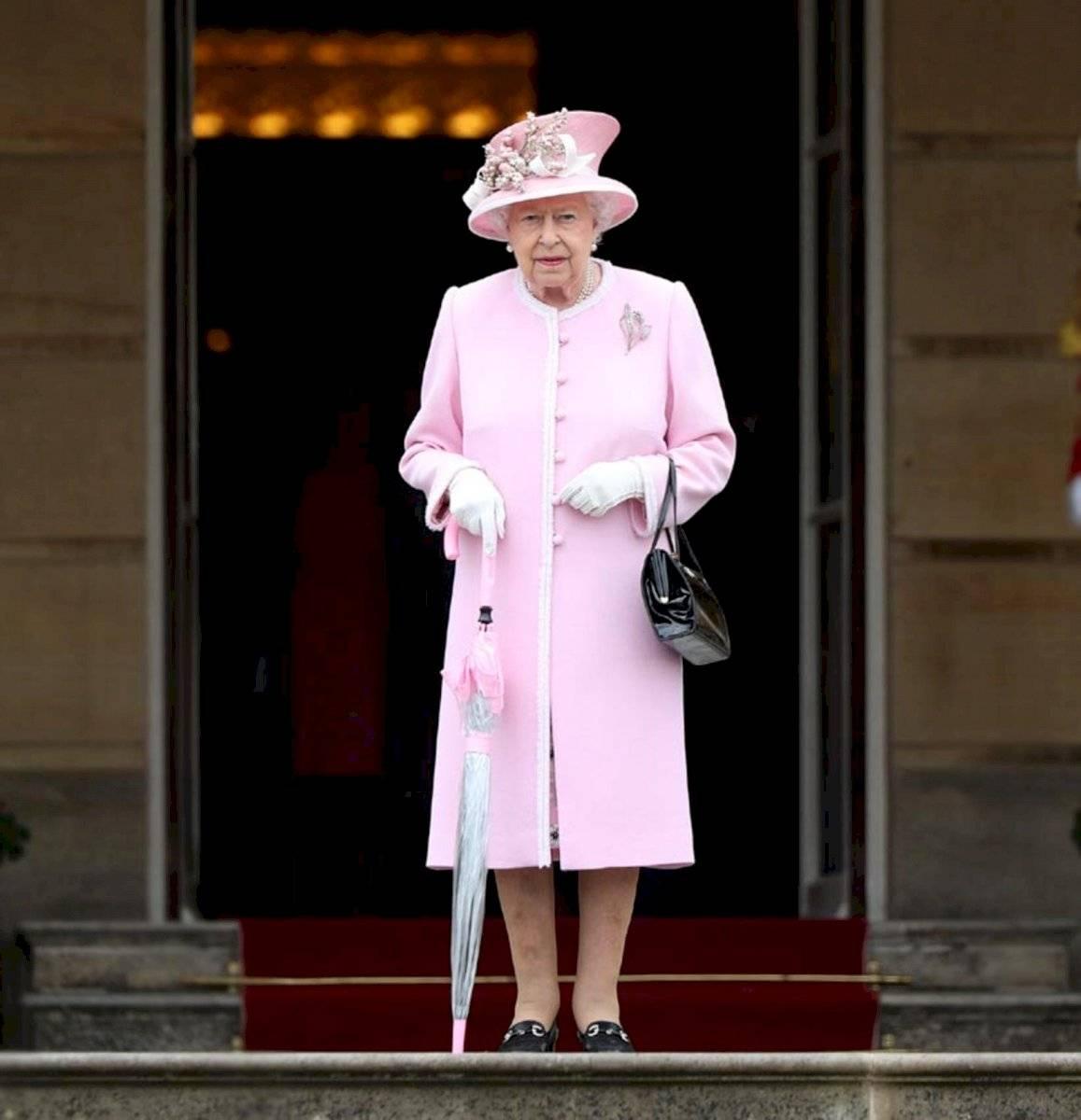 La reina Isabel puede pasearse por todo el mundo sin necesidad de pasaporte.