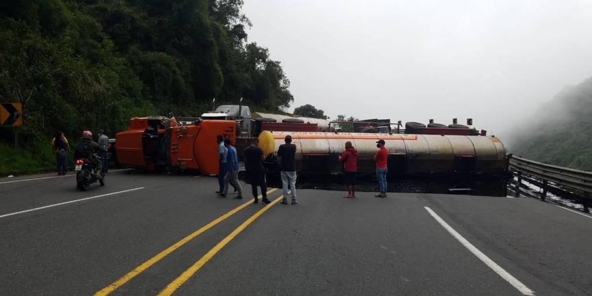Tráiler se accidenta y deja inhabilitada totalmente la vía Alóag-Santo Domingo